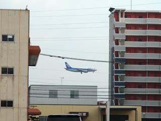 福岡空港に着陸するB737-500博多万葉の湯で撮影