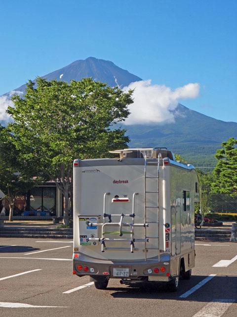 富士山とキャンピングカーデイブレイク 道の駅なるさわ