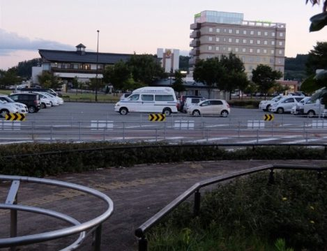 SAからみたゆーチェリー(左)とホテル 間の駐車場は高速に入らずに使えます