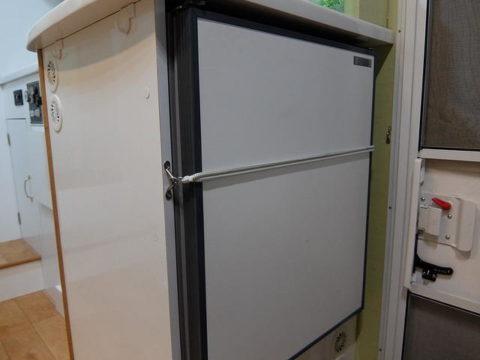 キャンピングカー冷蔵庫のドアの開放防止の改造