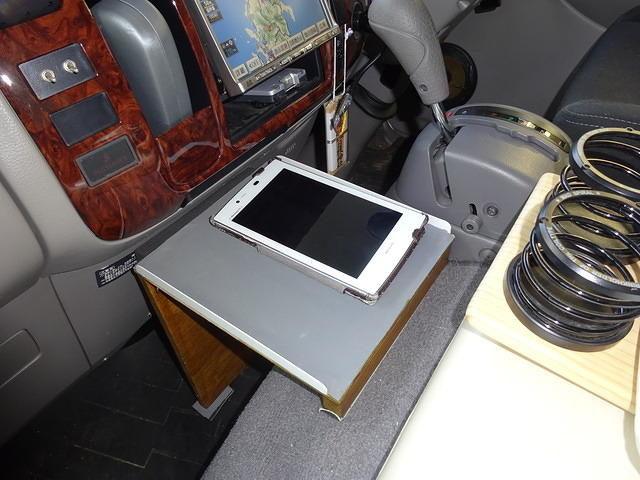 キャンピングカー 快適化 運転席スマホ台の設置