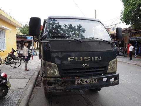 ベトナム、ホイアンで見かけたトラック FUSINブランド