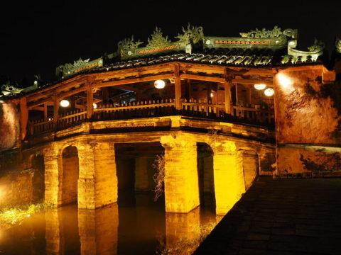 ベトナム ホイアンの日本橋(来遠橋) 夜 ライトアップ