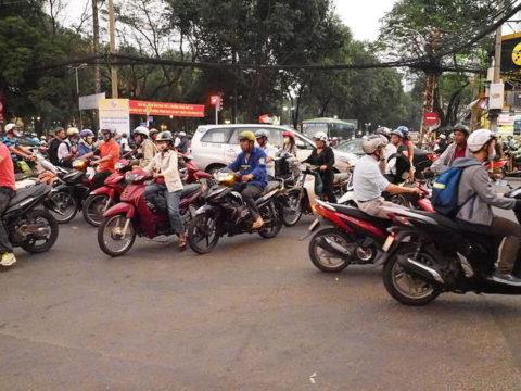 オートバイであふれるベトナム、ホーチミンの交差点 バイクがいっぱい