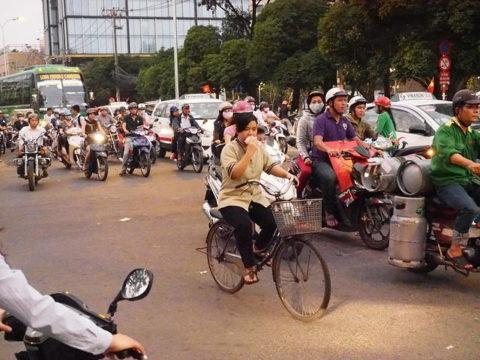 ベトナム、ホーチミン(サイゴン)で見かけたガスボンベを満載したオートバイ