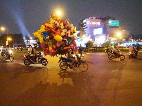 ベトナム、ホーチミンで見かけた風船を満載したバイク