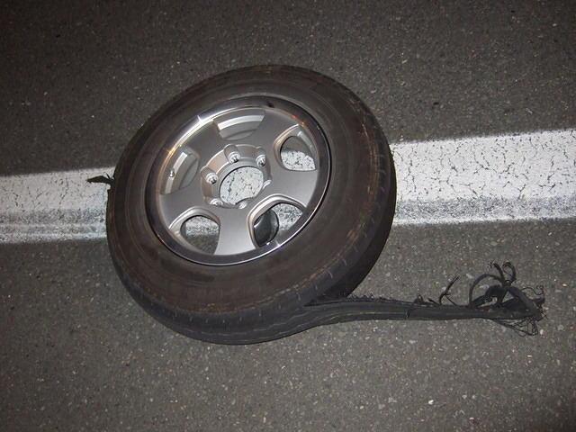 キャブコン キャンピングカー クレソンのタイヤがバースト トレッドはがれ 高速道路 パンク