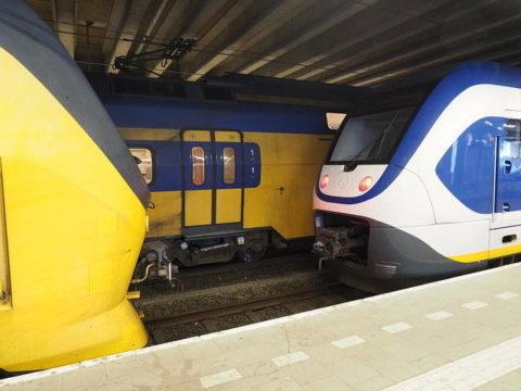 オランダの駅の様子 電車がにらめっこ