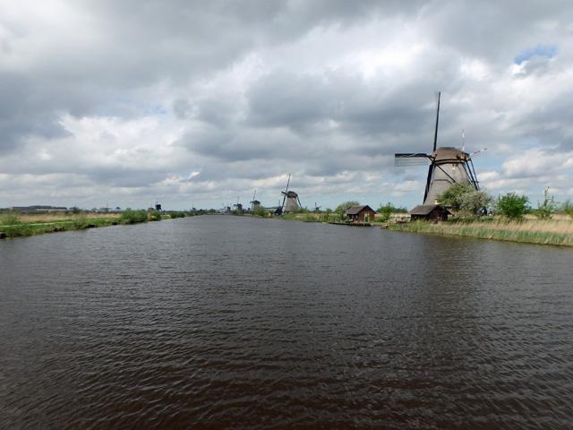 運河から見渡したオランダキンデルダイクの風車の群れオリンパスTG850