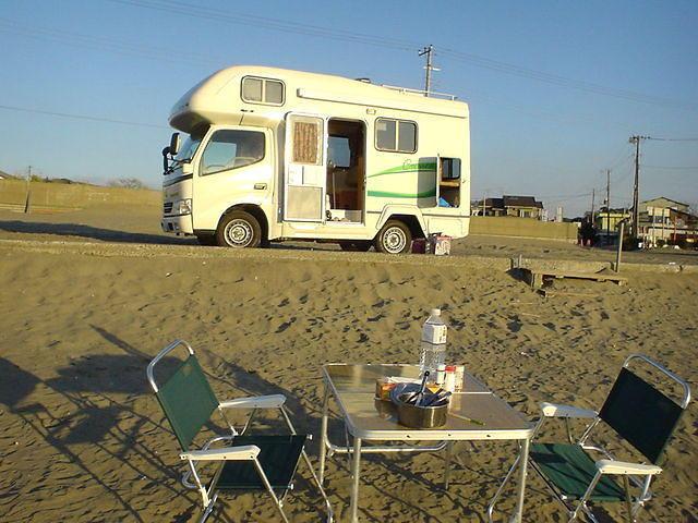 キャンピングカークレソン浜辺でBBQ