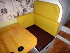 ワンオフのマックレー、キャンピングカーデイブレイクの室内 ダイネット・サードシートの画像
