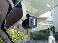 キャンピングカーのフロントガラスに取り付けたドライブレコーダーの画像