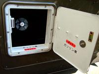 キャンピングカーデイブレイクの給油口の改造。給油口の扉を鍵からマグネット式に改造。また、テプラでレギュラー・ガソリンのシールを作成