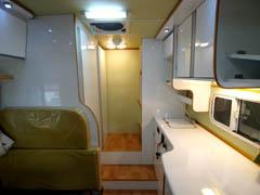 デイブレイク室内の画像リア側キッチン・シンク、一番後ろは収納スペース