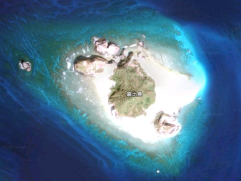 白い砂浜で囲まれた美しい慶良間諸島嘉比島の画像(沖縄県座間味村) Google Earthより