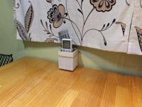 ダイネットのテーブルにニトリで買った小物入れを設置。リモコン入れとして使用
