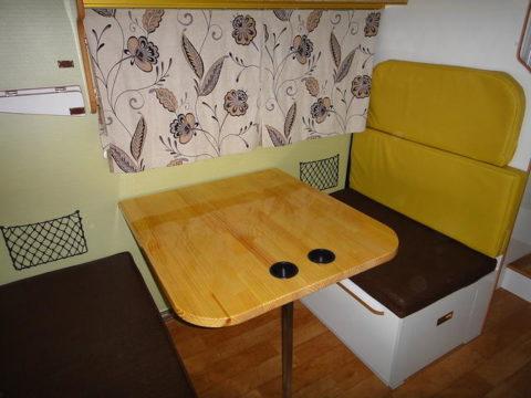 ワンオフキャンピングカー、デイブレイクのダイネット。テーブルとサードシート