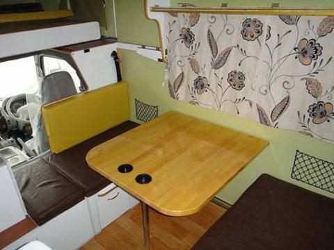 ワンオフキャンピングカーマックレーデイブレイクのダイネットテーブルは通常より20cm幅広
