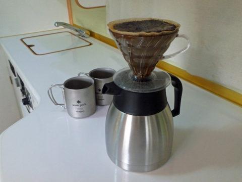 ハリオV60円錐形ドリッパーを使いキャンピングカーデイブレイク車内でコーヒーを淹れる