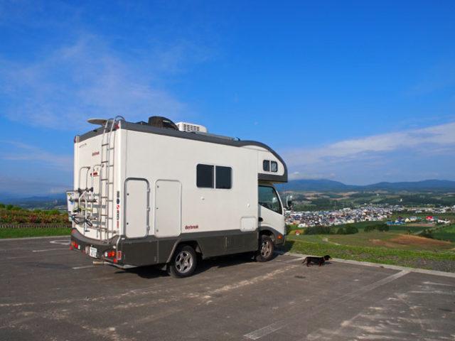 キャンピングカーデイブレイクとダックスフント・ジンジャー 北海道上富良野町日の出公園駐車場にて