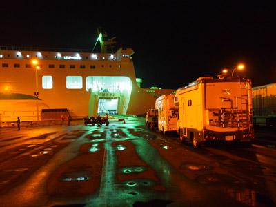 シルバーエイトへの乗船待ちのキャンピングカー デイブレイク 八戸フェリーターミナルにて
