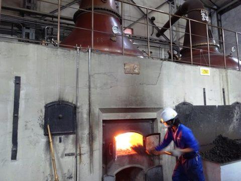 竹鶴政孝の余市蒸留所ポットスチルに石炭をくべる