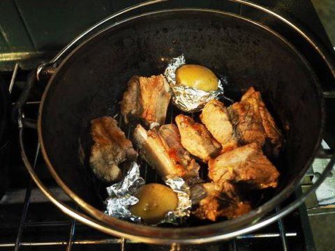 ダッチオーブンでスペアリブ アウトドア料理