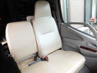 キャンピングカーデイブレイクのオプション、パールホワイト色合成レザーの助手席の画像