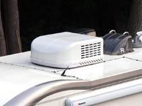 デイブレイクのルーフエアコン、ピアクールです。屋根の上の室外機の画像