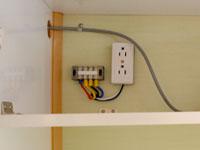 デイブレイクの室内配電盤の画像。青がサブバッテリーへの配線