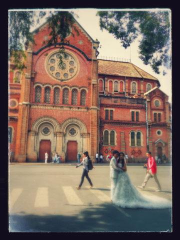 サイゴン大教会でカップルが記念撮影