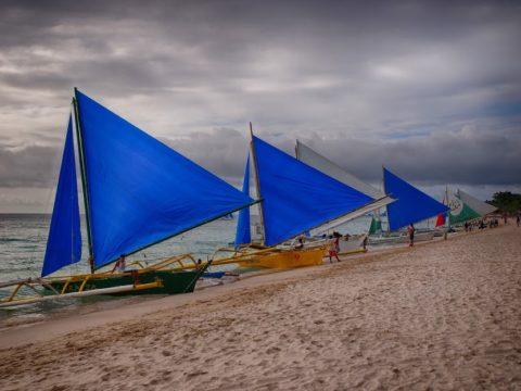 フィリピン ボラカイ島のビーチ 青い帆のヨット