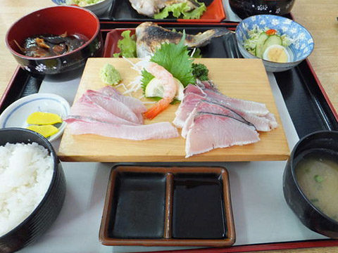 垂水漁港の桜勘食堂の桜勘定食。刺身・かぶと煮・カマ焼きなど