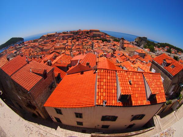ドゥブロヴニク旧市街の城壁を1周して美しい町並みを堪能。広角レンズで