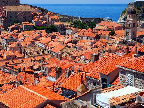 ドゥブロヴニク旧市街城壁1周をしている途中。教会と瓦屋根とアドリア海