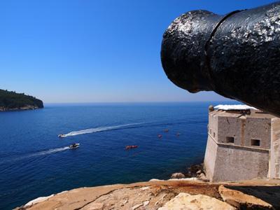 ドブロブニク旧市街を囲む城壁にある大砲と青いアドリア海