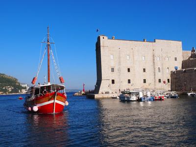 クロアチア、ドゥブロヴニクの港で撮影した城壁とヨット