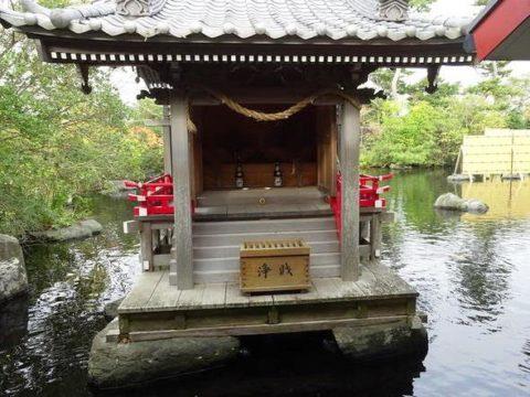 八扇の湯の池に浮かぶ神社の画像