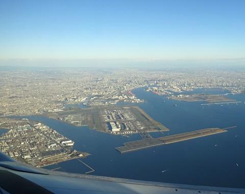 羽田空港の空撮、飛行機の中から