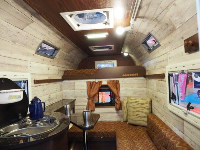 ミスティックのトラキャンJ-cabin MIniのウッディな車内