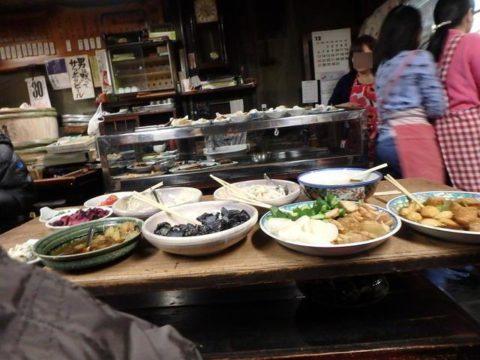 居酒屋大甚本店の肴は自分で好きなものを取ります。大皿が並ぶテーブル