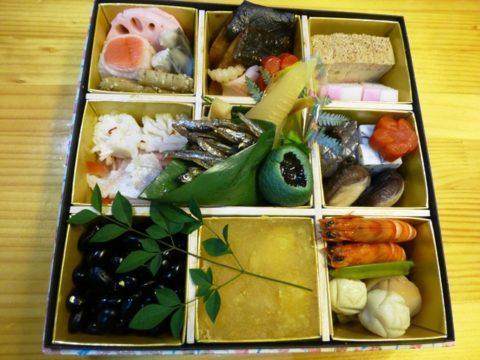 キャンピングカーの車内で食べた博多「桜坂観坂荘」の2人前おせち