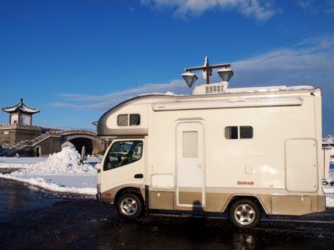 雪景色の中のキャンピングカー、マックレーデイブレイク、鳥取県道の駅燕趙園