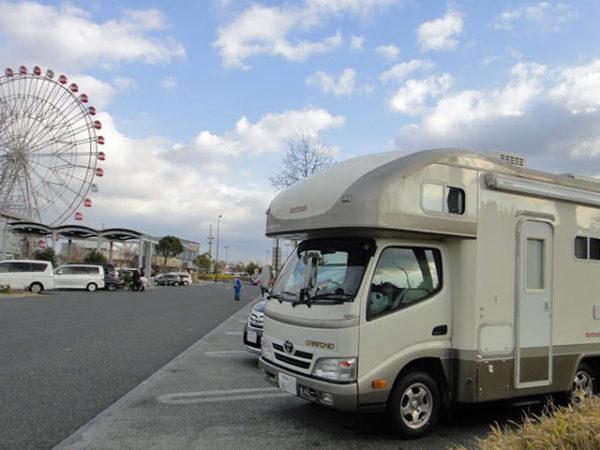 マックレーのキャンピングカーデイブレイク号で刈谷PAに停車中の画像