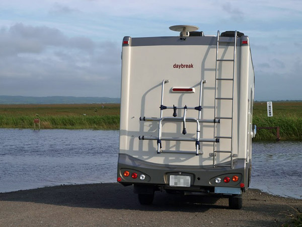 北海道道北のキャンピングカーデイブレイク沼の水があふれ道路が渡れない