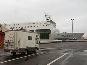苫小牧港にて乗ってきたシルバーフェリー「シルバーエイト」とキャンピングカー「マックレー デイブレイク」で記念撮影