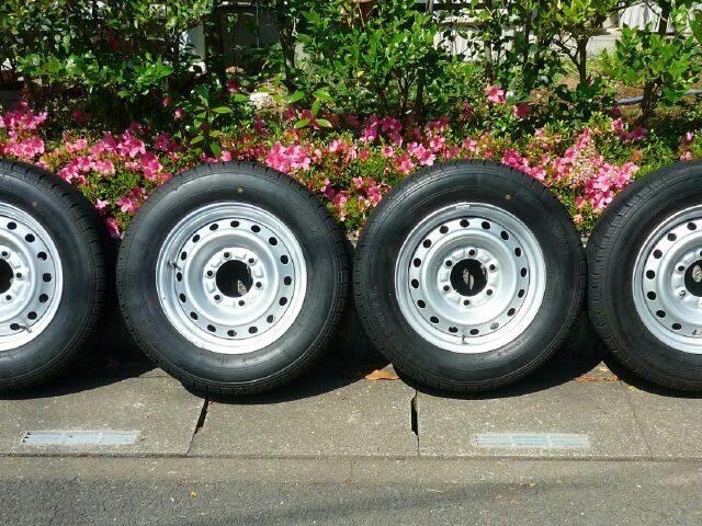 キャンピングカーが納車されてすぐ売却したカムロード純正スチールホイール・タイヤの画像