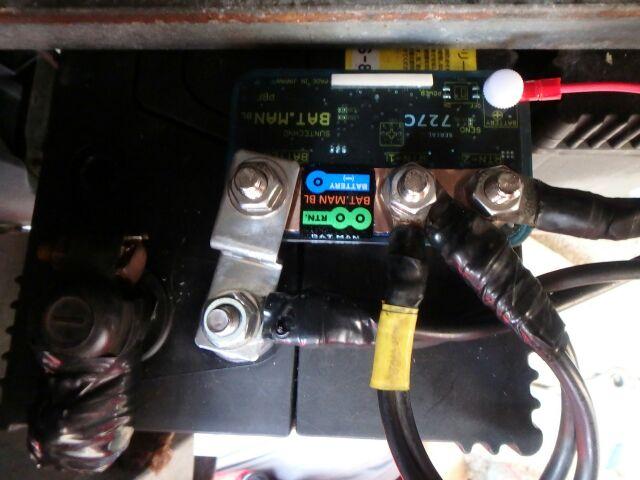 バッテリーモニターBAT.MANをサブバッテリーに取り付けたところ