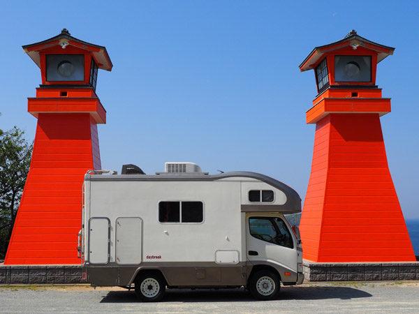 山口県下関市豊浦町の福徳稲荷神社の駐車場で記念撮影、キャンピングカーデイブレイク