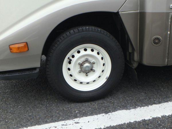 キャンピングカー、デイブレイクの前輪、白く塗装